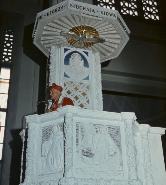 Kardynał Karol Wojtyła na ambonie podczas wygłaszania kazania - 1976