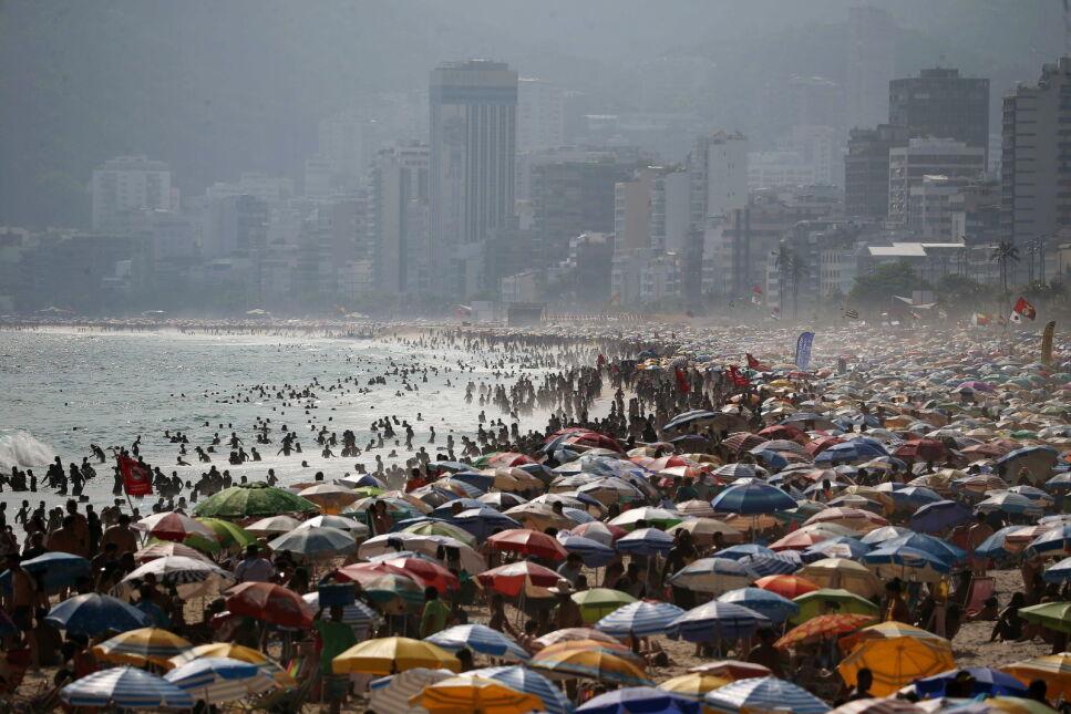 Tłumy na plaży w Rio de Janeiro, Brazylia