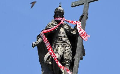Król Zygmunt z biało-czerwonym szalikiem reprezentacji Polski