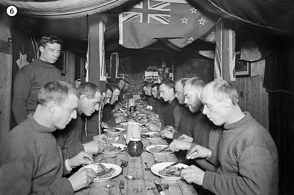 Sposobem na depresję załogi było ustalanie grafiku wypełnionego drobnymi pracami na statku, prowadzeniem badań oraz obserwacji. Dodatkowo z okazji ważnych dat urządzano specjalne obiady.