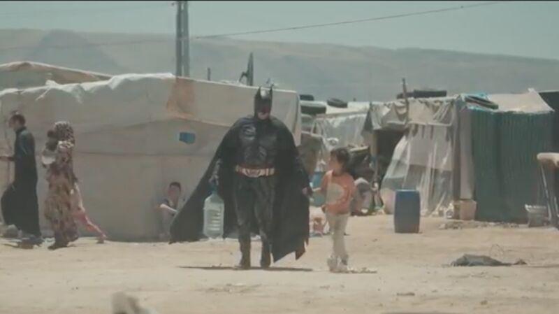 Batman w obozie dla uchodźców. Kampania organizacji War Child