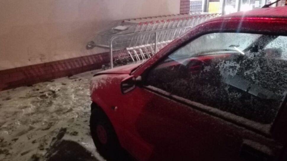 Wpadła w poślizg i wjechała w sklep. 60-latka nigdy nie miała prawa jazdy