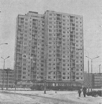 Trasa tramwajowa przed 16-piętrowcem w 1977 r.