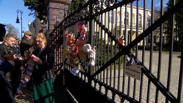 """""""Hańba Biskupia"""". Protesty przed siedzibami kurii"""