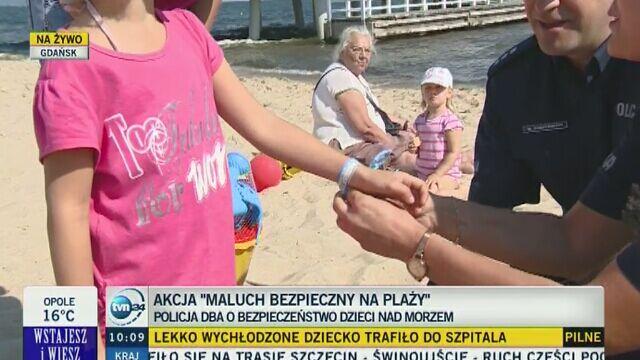 Policja rozdaje specjalne opaski dzieciom na plaży