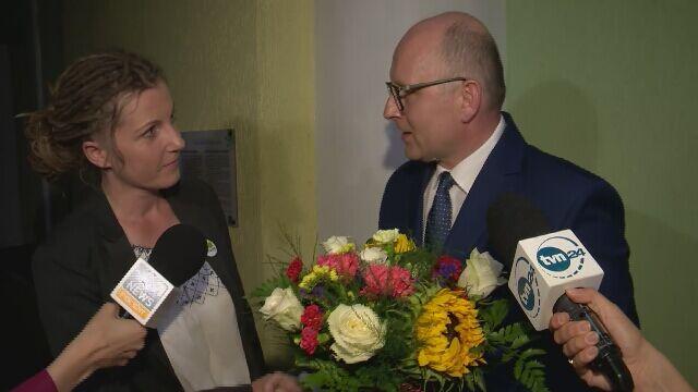 Wiceminister wręczył kwiaty aktywistce z Greenpeace