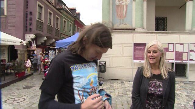 Na specjalnej koszulce z okazji przyjazdu Iron Maiden nie zabrakło miejsca dla nowożeńców sprzed 30 lat
