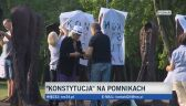 """Poznańskie rzeźby z Cytadeli z koszulkami """"Konstytucja"""""""