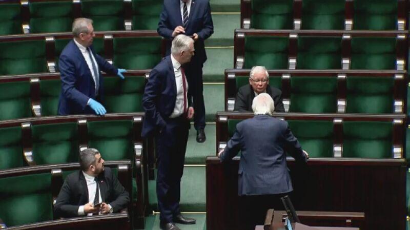 Jarosław Gowin podchodzi do Jarosława Kaczyńskiego w Sejmie
