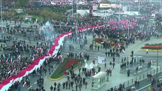 Marsz Niepodległości przechodzi ulicami Warszawy