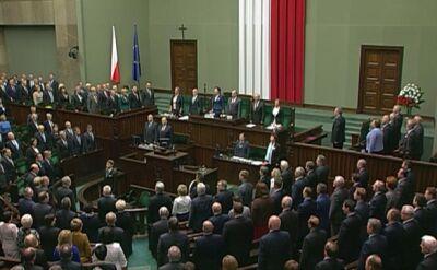 Posłowie i senatorowie śpiewają hymn