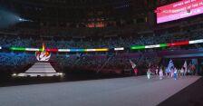 Tokio. Ceremonia zamknięcia igrzysk. Defilada z flagami