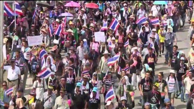 Antyrządowi demonstranci zajęli telewizję. Na ulice Bangkoku wyszło wojsko