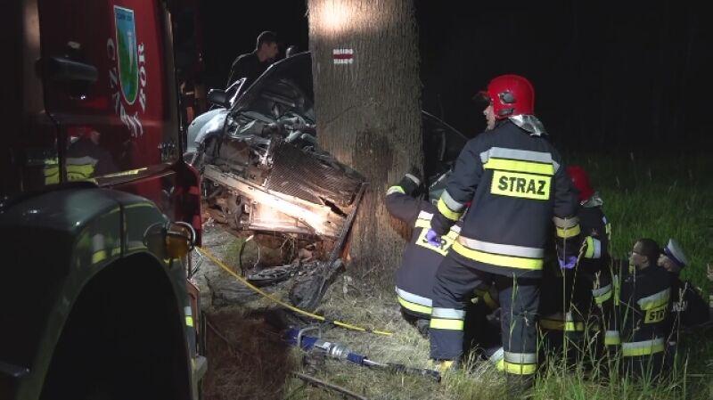 Samochód uderzył w drzewo, nie żyją dwie młode osoby