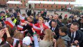 Prezydent z małżonką rozdawali flagi warszawiakom na Placu Zamkowym