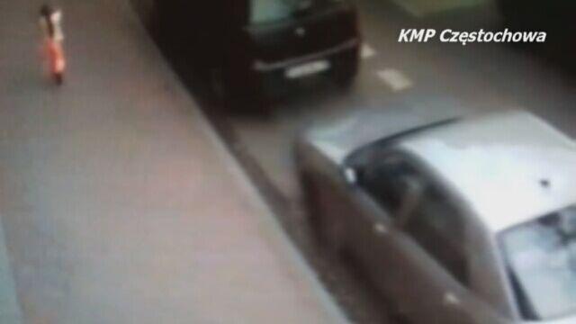 Trzylatka sama na ulicy - nagranie z monitoringu