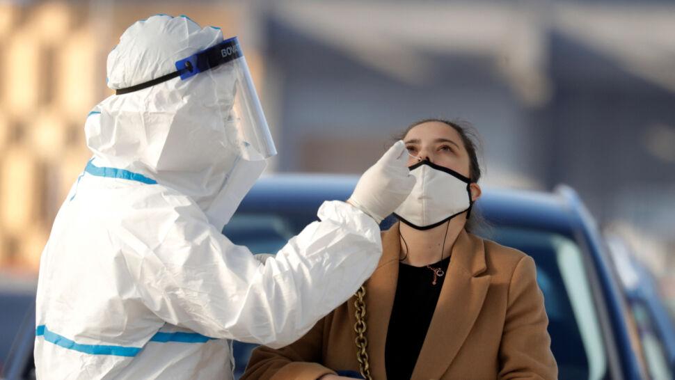 Mniej testów, mniej potwierdzonych przypadków. Ministerstwo podało najnowsze dane o epidemii