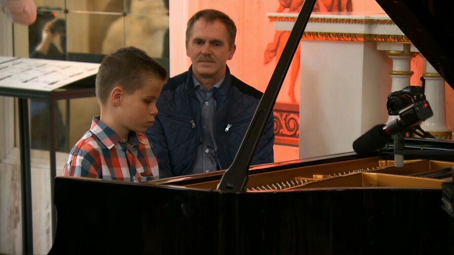 Niespodziewany prezent dla niewidomego nastoletniego pianisty. Na koncert przyszły tłumy
