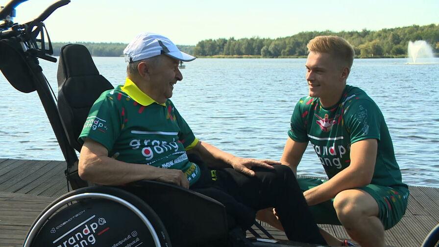 """""""Chce mu się znowu żyć"""". Wnuk i jego dziadek na wózku chcą pokonać maraton"""