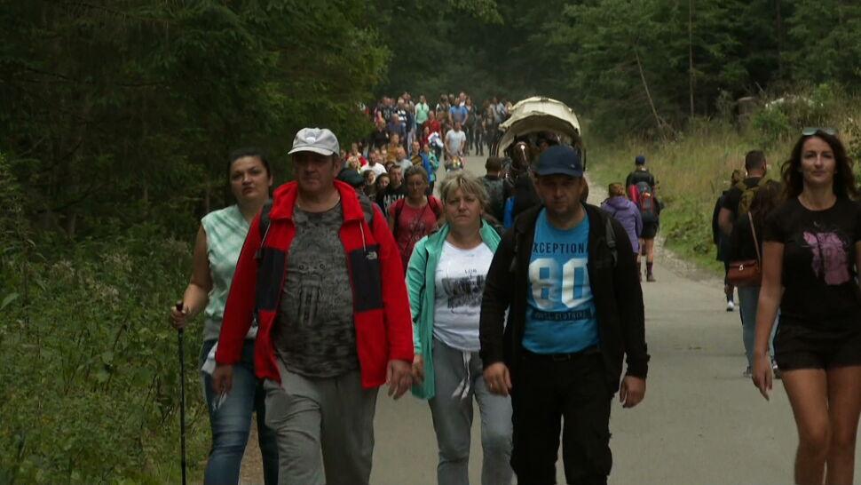 Korki na drogach i tłumy na szlakach. Turyści masowo odwiedzają Tatry