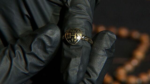 Pierścień znaleziony w kryptach