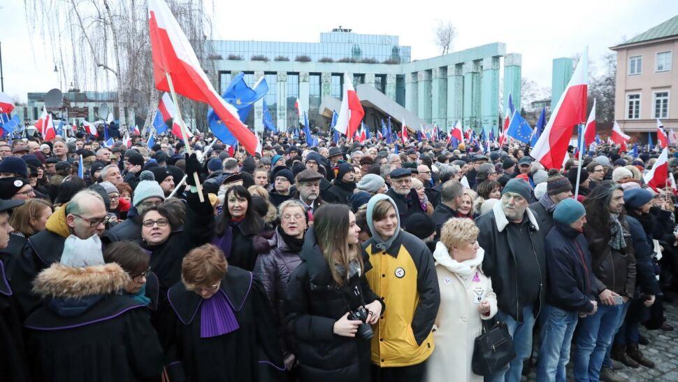 """""""Marsz Tysiąca Tóg"""" w Warszawie. Sędziowie, prawnicy i obywatele protestowali przeciwko """"ustawie represyjnej"""""""