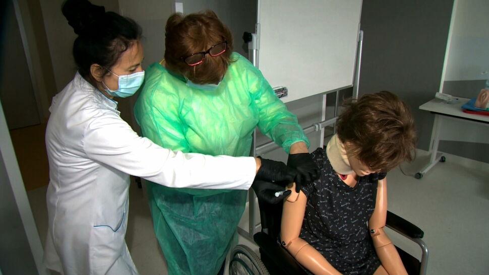 Fizjoterapeuci będą szczepić przeciwko COVID-19. Ruszyły już specjalne kursy