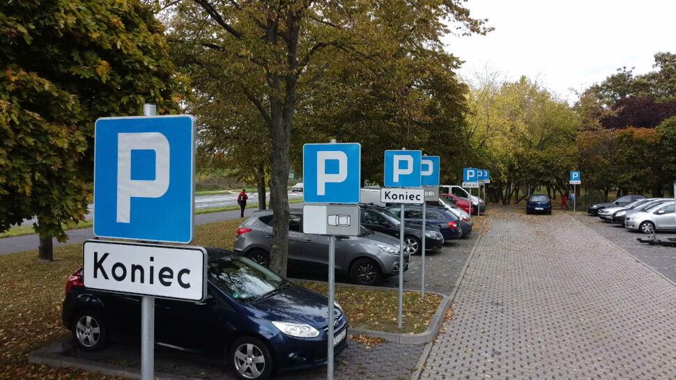 Każde miejsce parkingowe ze swoim własnym znakiem. Absurd w Poznaniu