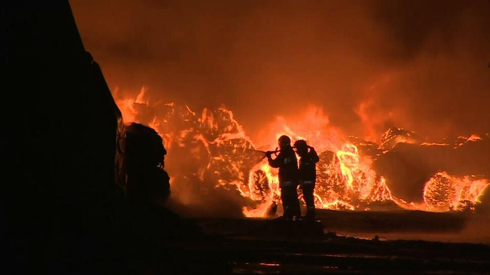 Potężny pożar składowiska opon w Żorach. Gasiło go niemal stu strażaków