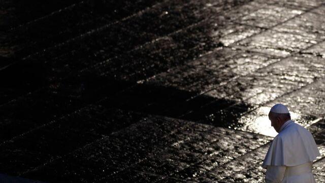 28.03.2020 | Samotna modlitwa papieża Franciszka. Deszcz zamiast tłumów na placu