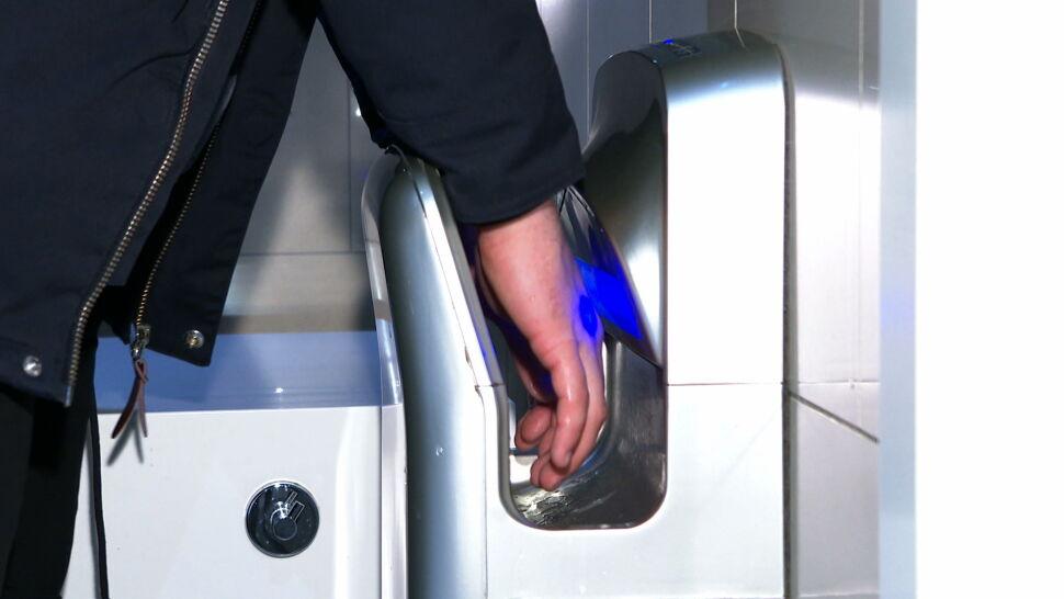 Naukowcy i sanepid ostrzegają: suszarki do rąk rozprowadzają zarazki