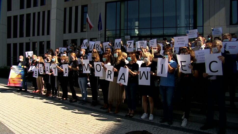 """""""Murem za Beatą Morawiec"""". Demonstracja przed sądem w Krakowie"""