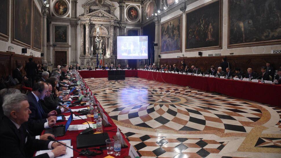 """Krytyczna opinia Komisji Weneckiej o """"ustawie represyjnej"""". """"Dalsze podważanie niezależności sądownictwa"""""""