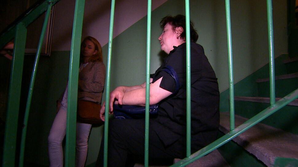"""""""Oświadczył, że z mieszkania nie wyjdzie"""". Kobieta z synem noc spędzili na korytarzu"""