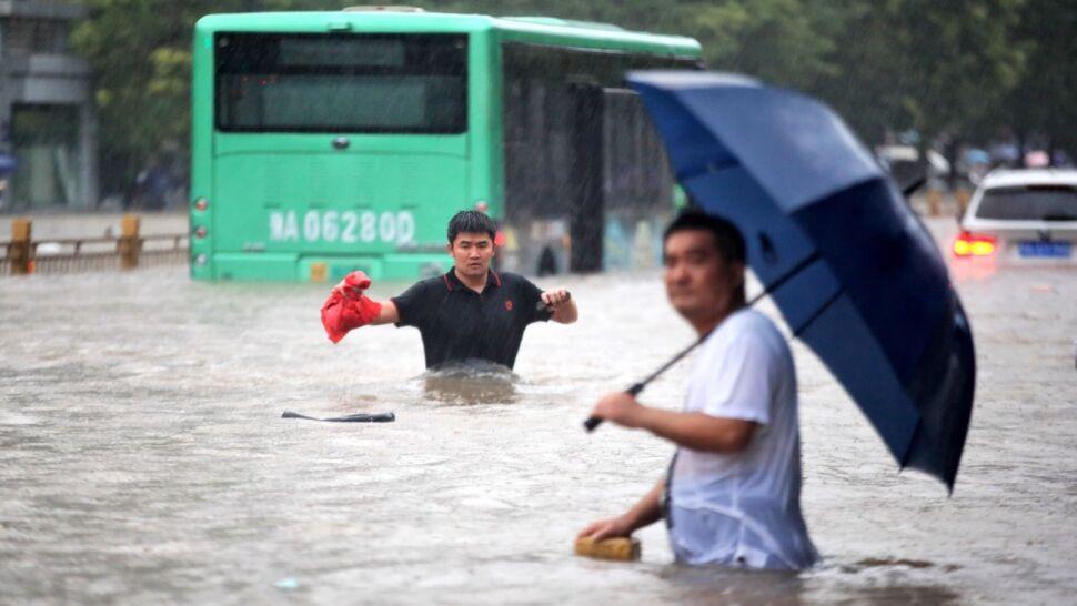 """""""Burza tysiąclecia"""" w Chinach. Ulewy zalały ulice i metro w Zhengzhou"""