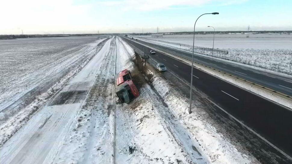 """""""Silny wiatr i intensywne opady śniegu"""". Fatalne warunki na drogach"""