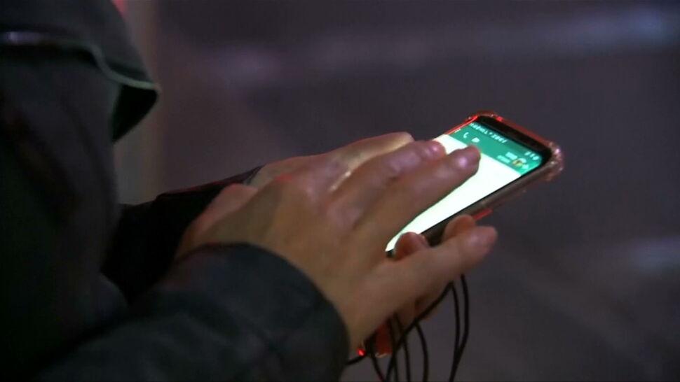 """""""Myjemy ręce, ale telefonu już nie"""". Smartfony większym siedliskiem bakterii niż toalety"""