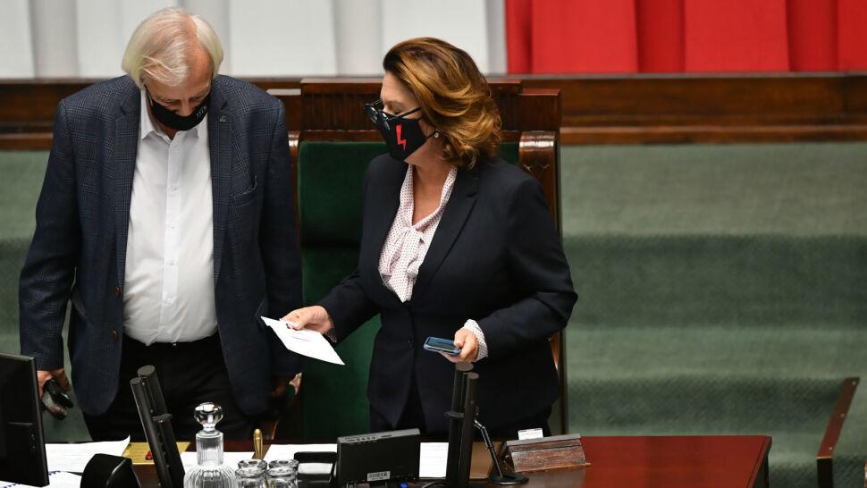 Burzliwe obrady Sejmu. Ostre słowa Terleckiego, interwencja Straży Marszałkowskiej, zablokowana mównica
