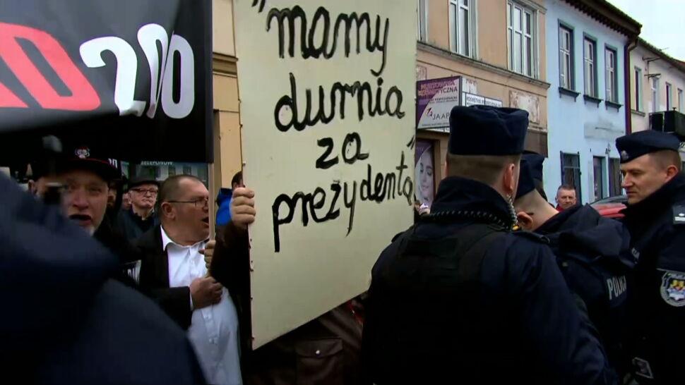 65-latek usłyszał zarzut za tablicę na wiecu Andrzeja Dudy