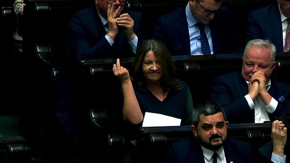 """Bez kary za """"gest Lichockiej""""? Posłowie PiS głosowali za uchyleniem"""