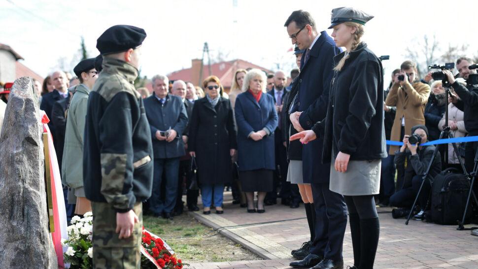"""Człowieka """"mierzyć miarą serca"""". Premier odsłonił tablicę ku czci rodziny Lubkiewiczów"""