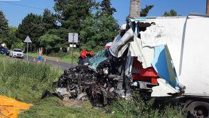 Samochód dostawczy uderzył w ciężarówkę. Jedna osoba w szpitalu