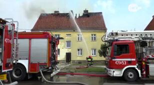 Pożar dachu budynku. Ewakuacja mieszkańców i akcja straży