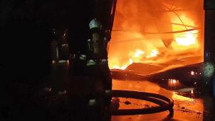 Hala recyklingu opon w ogniu.