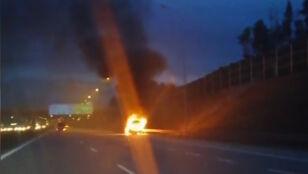 Samochód stanął w płomieniach na autostradzie