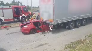 Wbił się w zaparkowaną ciężarówkę. Przewieźli go do szpitala
