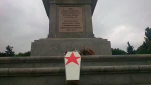 """Symboliczna trumna na radzieckim cmentarzu. """"Jaruzelski nie zasługuje na Powązki"""""""