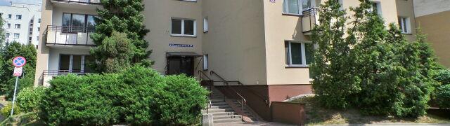 Krew na klatce schodowej, martwy mężczyzna oparty o wannę