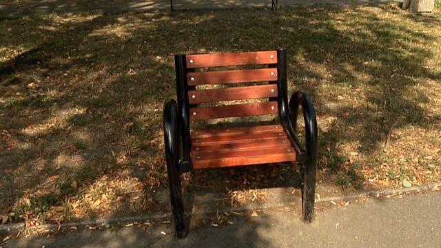 Urzędnicy postawili jednoosobowe ławki.