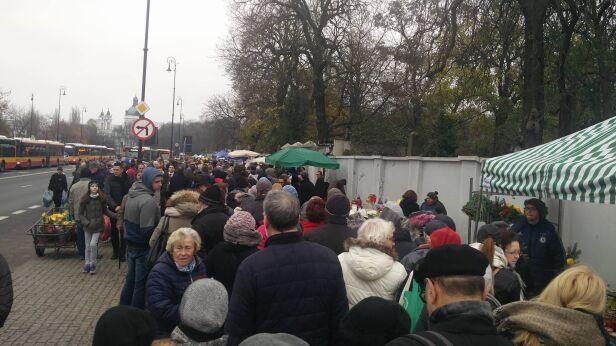 Kolejka przed wejściem na Powązki warszawa@tvn.pl